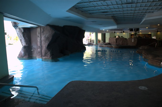 Las vegas hotel pool pictures tropicana for Indoor swimming pools in las vegas